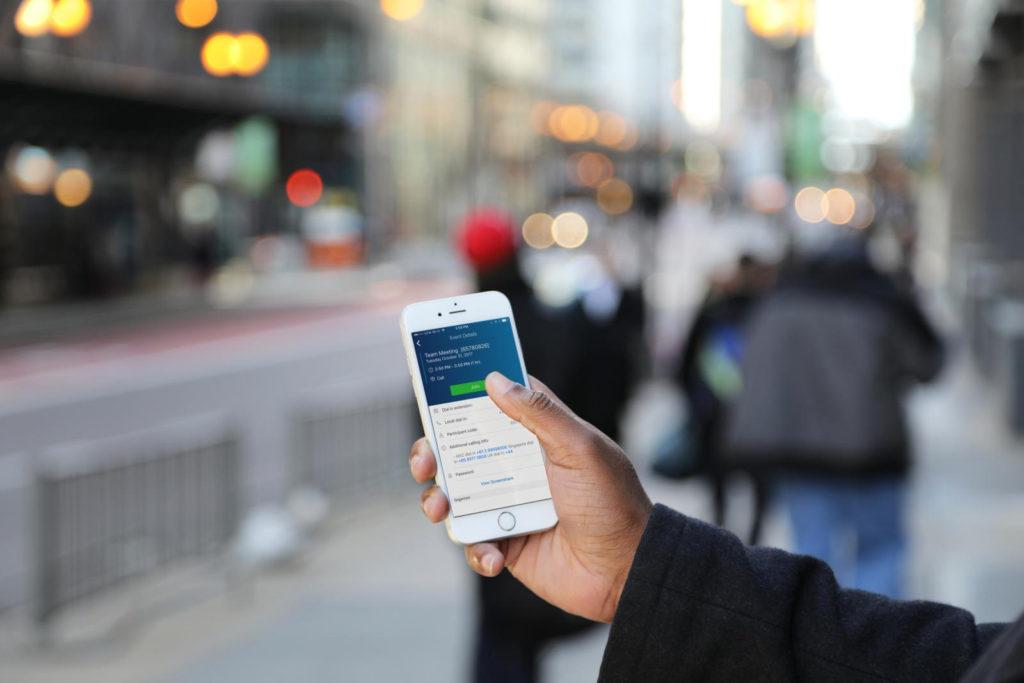 Mann mit Handy auf der Straße
