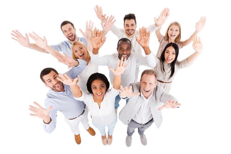 Mehrere Personen halten freudig die Hände nach oben