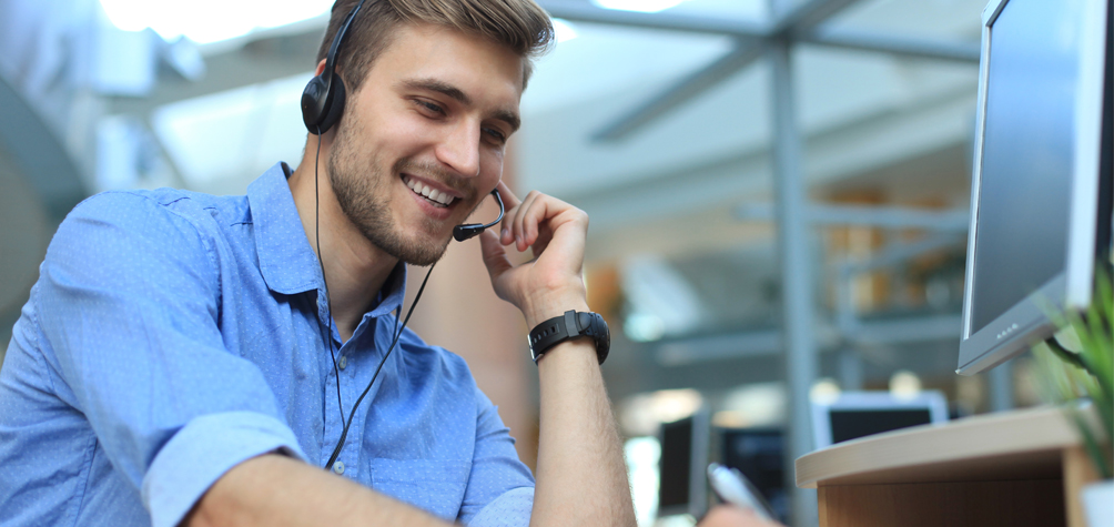 Technischer Supportmitarbeiter mit Headset