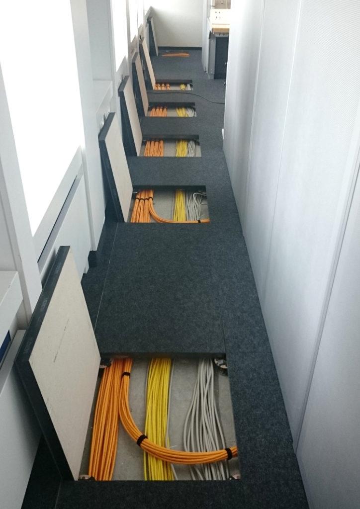 Abbildung von Netzwerkverkabelung in Bodenschränken
