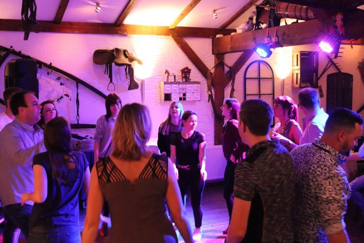 Weihnachtsfeier Tanzfläche mit Personen