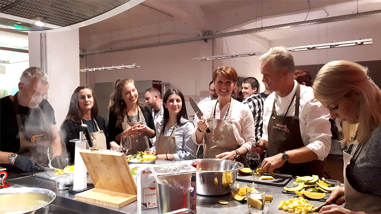 Gruppe beim Kochen