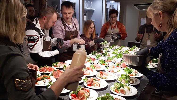 Menschen beim Vorbereiten einer Vorspeise