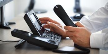 Symbolbild_Notruftelefon_Medical Helpline Worldwide_Telefonhörer_Tischtelefon_Display